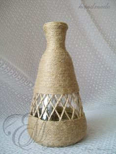 This Pin was discovered by Inn Wrapped Wine Bottles, Wine Bottle Vases, Glass Bottle Crafts, Painted Wine Bottles, Diy Bottle, Jute Crafts, Diy Home Crafts, Diy Arts And Crafts, Bottle Painting