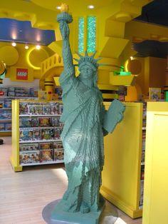 Qui n'a jamais joué avec des LEGO ? Dans le monde entier, les petites briques de toutes les couleurs se vendent par millions. Et si des schémas vous permettent de créer des objets donnés, le plus amusant reste d'utiliser son imagination. C'est le cas des artistes ci-dessous. Ils ont réalisé des sculptures en LEGO incroyablement […]