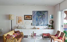 O sofá estilo anos 1950 recebeu patchwork feito pela moradora Ana Morelli