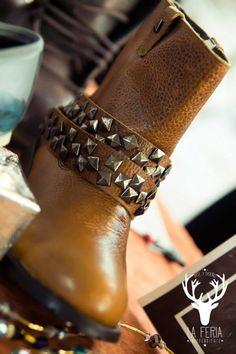 Boots Camp diseñadas en piel grabada con forro de cerdo y látigos desmontables.  De venta www.kichink.com/stores/brahavoscalzado