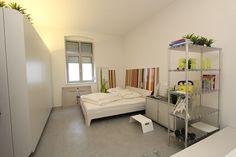 Modernes Schlafzimmer mit Schrankverbau als Raumtrenner in weiß. Bed, Furniture, Home Decor, Waterbed, Carpentry, Modern Bedroom, Mattress, House, Decoration Home