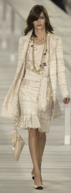 This Chanel dress is all a white/cream colour. This means it is counted as Monoc - Chanel Clothes - Trending Chanel Clothes - This Chanel dress is all a white/cream colour. This means it is counted as Monochrome. Style Haute Couture, Chanel Couture, Couture Fashion, Runway Fashion, Fashion Moda, High Fashion, Fashion Show, Womens Fashion, Fashion Design