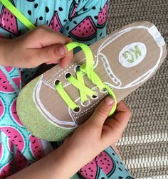 Easy DIY shoe lacing cards for kids to help them learn to tie their own shoelaces Fun Learning Games, Life Skills Activities, Motor Activities, Toddler Activities, Kids Learning, How To Tie Shoes, Shoe Crafts, Toddler Crafts, Fine Motor Skills