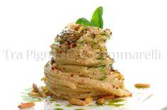 Tra Pignatte e Sgommarelli: Spaghetti con ricotta di bufala, briciole di pomodoro, olio al basilico e pinoli tostati piccanti
