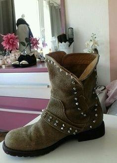 À vendre sur #vintedfrance ! http://www.vinted.fr/chaussures-femmes/bottes-and-bottines/25411804-bottines-beiges-cloutees-zara