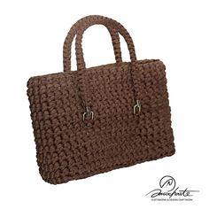 Bolso Pasión color chocolate, este bolso elegante a la par que moderno. Dale a tu look un toque práctico a la par que sofisticado.