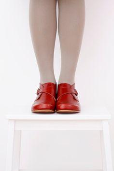 Hochwertige handgefertigte Frauen Leder Booties.  Mit 1 cm Absatz sind sie die perfekte Ergänzung zu Ihrem kompletten Look. Die Metallschnalle macht sie sehr Eacy anziehen. Wenn du sie trägst, wirst du wie extrem bequem sie sind.  Diese Schnalle Booties aus rot-Rost Qualitätsleder hergestellt.  Die alleinige If aus extra starkem Kunststoff um perfekte langlebige Erhaltung des Schuhs zu gewährleisten.  Unsere Stilberatung: Tragen sie mit skinny Pants, sie gehen auch gut mit Kleidern und…