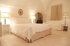 Casa d'Autore Ostuni Featuring a garden, Casa d'Autore is a restored 18th-century building located in Ostuni?s city center, 600 metres from Ostuni?s famous White Town. It offers classic-style rooms with antique furnishings and free Wi-Fi.