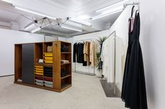 Dover Street Market, the inspirational luxury fashion concept store founded by Comme Des Garcons designer Rei Kawakubo, has reopened on London's Haymarket. Uk Retail, Retail Space, Retail Shop, Priscilla Presley, Rack Design, Store Design, Restaurant Rose, Visual Merchandising, Boutique Dior