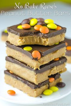 Easy No Bake Reeses Peanut Butter Bars - Easy, simple and quick no bake dessert recipe with peanut butter and chocolate, is perfect idea for Thanksgiving treat! Easy Summer Desserts, Easy No Bake Desserts, Dessert Recipes, Desserts Diy, Healthy Desserts, Healthy Food, Reese's Peanut Butter Bars, Peanut Butter Recipes, Thanksgiving Desserts