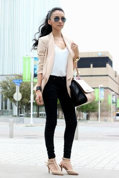 Chic blazer with jeans and aviator shades. Outfit inspiration via MayteDoll.
