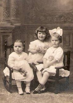 Sisantique photo- sisters with their teddy bears Vintage Children Photos, Vintage Girls, Vintage Pictures, Vintage Images, Nostalgic Pictures, Victorian Photos, Antique Photos, Vintage Photographs, Time Pictures