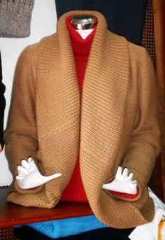 Elegante braune #Damen #Strickjacke aus #Alpakawolle. In allen Größen lieferbar.  Die Jacke ist aus samtweicher Alpakawolle gefertigt . Der raffinierte Kragen verleiht dieser Jacke einen besonderen Touch. Ein  wunderschön elegantes Modell aus den besten Materialien. Die Alpakawolle, zählt zu den kostbarsten Wollsorten weltweit. Ein Hochgenuss, wenn Sie edle Stoffe und Materialien lieben.