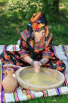 Voyage chez les Amazighes  Préparation de la semoule,pour le couscous