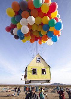 """Cu peste 300 de baloane, reprezentanții National Geographic au reușit, printr-o inițiativă ingenioasă și foarte frumoasă, să ne facă să credem în vise. Aceștia au reconstruit casa trasă de baloane, din filmul de desene animate, produs de Pixar """"Up - Deasupra tuturor"""". Povestea filmului este, pe scurt, următoarea: Carl, vânzător de baloane în vârstă de 78 de ani, este pe cale de a-și îndeplini un vis și o promisiune făcută soției lui decedate, aceea de a explora lumea întreagă.  Legându-și…"""