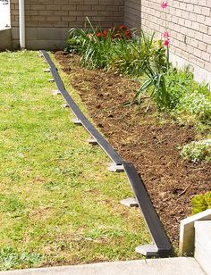 Diy pallet bed edging. More pallet patio, gardening, DIY furniture ideas and inspiration at http://pinterest.com/wineinajug/passion-for-pallets/
