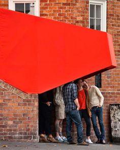 Stairway Cinema est un projet monté par le collectif néo-zélandais OH.NO.SUMO. Installé dans un coin de rue à Auckland, cette mini salle de cinéma en plein air a pour but de recréer un espace de socialisation et de communication en projetant des court-métrages issus d'Internet. Un projet séduisant à découvrir.