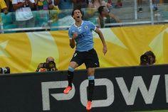 El atacante Edinson Cavani celebra un gol de Uruguay sobre Italia, en el partido por el tercer puesto de la Copa de las Confederaciones, el 30 de junio de 2013 en Salvador, Brasil.