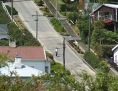 A tourist descends the street.Nieuw Zeeland