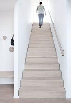 escalier minimaliste bois blanchi #design #interiors