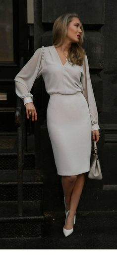 Office look Loose sleeved blouse with cream pencil skirt and white heels Trendy Dresses, Nice Dresses, Dresses With Sleeves, Formal Dresses, Casual Dresses, Casual Bags, Work Dresses, Sexy Dresses, Wedding Dresses