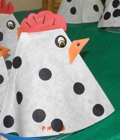 Kip van koffiefilter met stippen. Leuk in de lente of met Pasen. Farm Crafts, Easter Crafts, Diy For Kids, Crafts For Kids, Arts And Crafts, Animal Projects, Animal Crafts, Chicken Crafts, Farm Theme