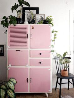 Design & inspiration Inspiratieboost: geef je (vintage) kast een make-over - Roomed Buying The Engag Retro Home Decor, Diy Home Decor, Room Decor, Decor Crafts, Modern Decor, Home Design, Home Interior Design, Interior Styling, Design Ideas