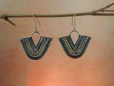 Pendientes etnicos artesanes de plata prodecentes del estado de Kerala en India. Miden 5,5 cm. de alto y en su parte mas ancha 4 cm.