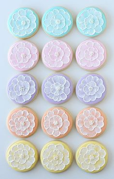 Embroidery Tutorials Great tutorial on brush embroidery cookie decorating technique. While it may look intimidating it's truly simple! - These beautiful spring brush embroidery cookies are easy to make using this step-by-step tutorial. Fancy Cookies, Iced Cookies, Cute Cookies, Easter Cookies, Royal Icing Cookies, Cookies Et Biscuits, Cupcake Cookies, Cupcakes, Owl Cookies