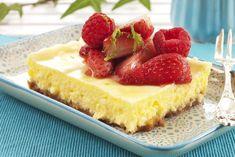 Deilig ostekake med kremet fyll og nydelige smaker av kanel, lime og jordbær. Ostekaken er bakt, men ikke mektig. Lages i langpanne eller i rund form. Cheesecake, Sweets, Desserts, Recipes, Food, Tailgate Desserts, Deserts, Gummi Candy, Cheesecakes