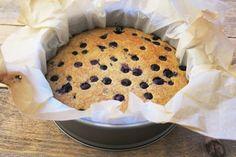 Deze paleo clafoutis met blauwe bessen is heel makkelijk te maken en smaakt net als echte clafoutis. Met maar 5 ingrediënten zo klaar. Bekijk het recept. Healthy Cake, Healthy Cookies, Healthy Sweets, Healthy Baking, Blueberry Clafoutis, Baking Recipes, Dessert Recipes, Sweet Pie, No Bake Treats