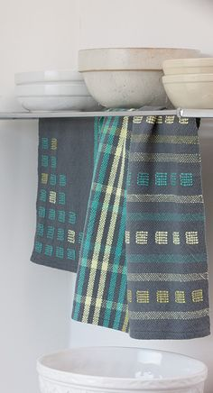 Stripes and Blocks Kitchen Towels 2019 Go There Now Designer: Susan E. Horton Equipment: Rigid-heddle or loom with 20 weaving width heddle/reed 2 shuttles The post Stripes and Blocks Kitchen Towels 2019 appeared first on Weaving ideas. Weaving Designs, Weaving Projects, Weaving Patterns, Weaving Yarn, Hand Weaving, Tea Towels, Hand Towels, Weaving Techniques, Kitchen Towels