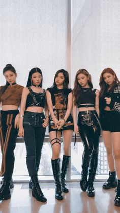 ITZY (있지) is JYP's new girl group. The members consist of Yeji, Lia, Ryujin, Chaeryeong and Yuna. Kpop Girl Groups, Korean Girl Groups, Kpop Girls, South Korean Girls, Kpop Fashion Outfits, Stage Outfits, High Waisted Slacks, Ulzzang Korean Girl, Doja Cat