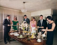 How to Throw a Successful Cocktail Party Want to have a unique vintage party? Here's your complete guide to a successful inspired party ideas. Cocktail Party Decor, Christmas Cocktail Party, Christmas Cocktails, Retro Party, Vintage Party, Unique Vintage, 1950s Party Decorations, Mad Men Party, Cocktails For Parties