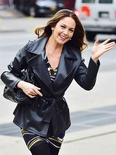 CITY CHIC - Actress Diane Lane gives a wave Monday as she walks through New York City's Tribeca neighborhood. Hollywood Heroines, Hollywood Actresses, Celebrity Couples, Celebrity News, Hollywood Actress Wallpaper, Rachel Brosnahan, Star Track, Red Carpet Gowns, Diane Lane