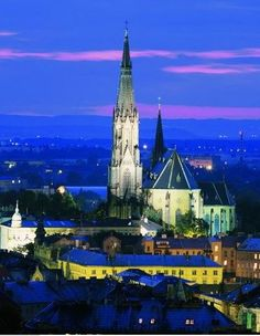 Wenceslas cathedral in Olomouc (North Moravia) at night, Czechia Heart Of Europe, Sacred Architecture, Beautiful Places In The World, Eastern Europe, Pilgrimage, Czech Republic, Prague, Great Britain, Places To Visit