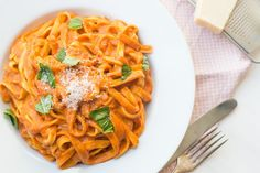 Op veler verzoek deel ik een heerlijk vegetarisch pastagerecht. Deze tagliatelle met geroosterde paprikasaus is súper lekker en een echte smaakbom.