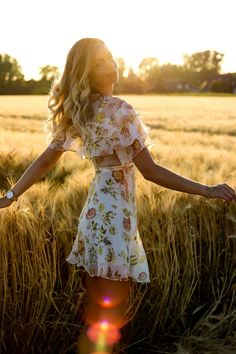 Golden Hour - How to nail Sunset Outfit Shootings - Senior Photos Girls, Senior Picture Outfits, Senior Portraits Girl, Senior Pics, Photography Poses Women, Portrait Photography, Spring Photography, Photography Ideas, Nature Photography