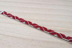 Geweven parel armband in rijke rode en zilveren kleuren met fijne ketting. Handgemaakte loom gerolde armband is gemaakt met de hoogste kwaliteit Japanse Toho Rocailles van glas. Deze precisie gemaakt Rocailles zijn enkele van de mooiste in de wereld. Dat is waarom Toho heet