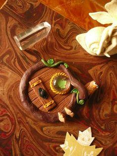 Home sweet gnome Fairy door by artist Frederic Braie Porte de fée en fimo Hobbit Door, The Hobbit, Clay Fairies, Fairy Doors, Clay Projects, Gnomes, Mushrooms, Sweet Home, Creations