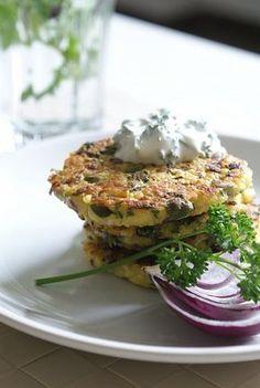 Jáhlové placičky s bylinkami a česnekovým dipem - 0 Salmon Burgers, A Table, Main Dishes, Food And Drink, Veggies, Low Carb, Gluten Free, Vegetarian, Healthy Recipes