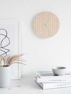 DIY Rattan Clock - Viennese braid is the trend material par excellence - also for . - DIY rattan clock – Viennese braid is the trend material par excellence – also for creative peop - Rattan, Diy Magazine Holder, Diy Home Accessories, Diy Inspiration, Style Deco, Diy Home Repair, Diy Home Decor Projects, Decor Ideas, Craft Projects