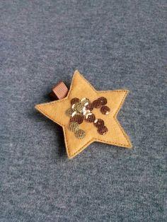 Spinka gwiazdka w kolorze musztardowym wykonana z filcu ozdobiona tiulem i cekinami. Wym. 6,5cm, klips: krokodyl 4,5cm.