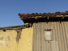 Wohnhausfassade mit Lehm und Wellblech im Dorf Maksudiye bei Adapazari in der Provinz Sakarya in der Türkei