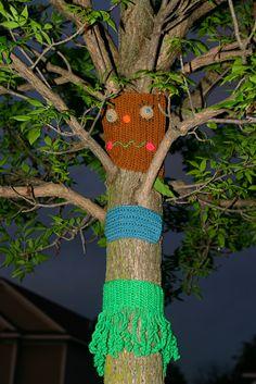 Fun yarn bomb :o) hula skirt on a tree, hehe