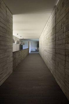 Beautiful sober material palette of the La Peña House by R-Zero. Interior Architecture, Interior Design, Modern Spaces, Modern Classic, My Dream Home, Cool Designs, House Design, Outdoor Decor, Zero