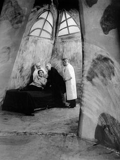 """Das Cabinet des Dr. Caligari"", directed by Robert Wiene, 1920 Use of texture and camer angles that evoque lonliness?"
