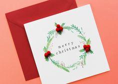 Fast schon klassisch, aber eben nicht ganz. Die roten Beeren aus flauschigen Pompoms machen diese Karte doch wieder speziell  Mit Beeren aus Pompoms. Merry Christmas, Red Berries, Branches, Xmas Cards, Classic, Merry Little Christmas, Wish You Merry Christmas