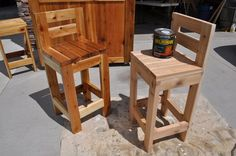 How to Make Super Simple Bar Stools out of four Check out the FREE plans and video tutorial to get inspired to build your own! - Home Projects We Love Pallet Furniture, Furniture Projects, Home Projects, Garden Furniture, Outdoor Furniture, Patio Bar Stools, Pallet Bar Stools, Short Bar Stools, Bar Stools With Backs