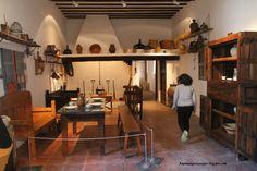 Cocina con todos los utensilios de la época en la casa museo de Dulcinea.